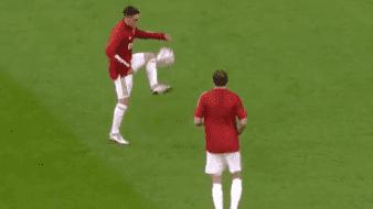 Jugadores del Ajax bailan al ritmo de Maradona con la canción