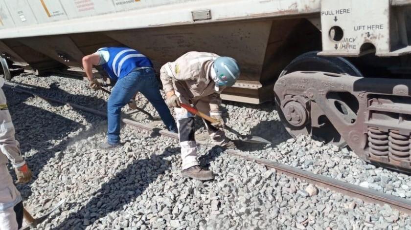 Trabajadores de Ferromex ayudaron a devolver los vagones descarrilados a las vías.(Jesús Palomares)