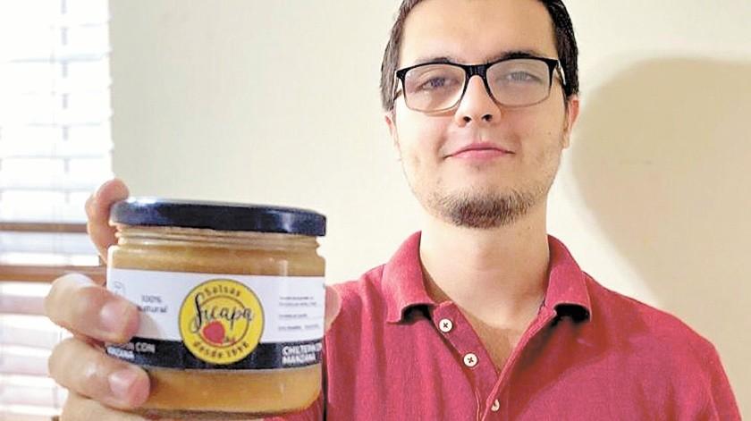 Carlos Alberto Torres Suárez pone el sazón familiar en la salsa que elabora, que tiene entre sus ingredientes chiltepín y manzana.(Anahí Velásquez)