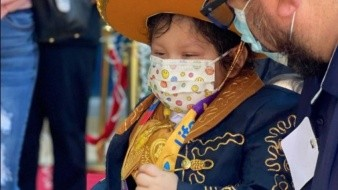 Adriano de 6 años festjó que venció el cáncer vestido de charro