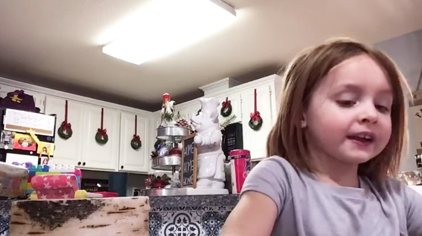 Se convierte en celebridad bailando mientras su hija graba la tarea(facebook.com/jennifer.jones.547727)
