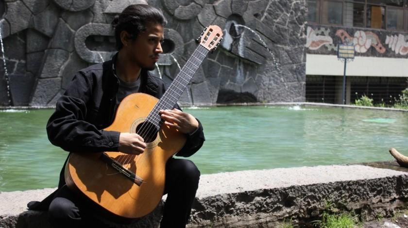 Iker Triay, joven guitarrista egresado de la Licenciatura en Música de la UABC.(Cortesía)