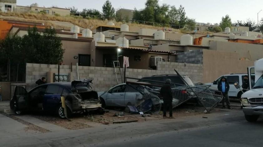 Un camión urbano chocó seis vehículos en Nogales luego de que el conductor perdió el control del volante al poncharse una llanta de la unidad.(Especial)