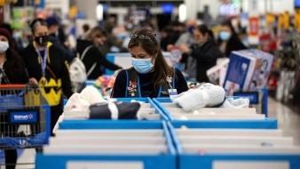 Un empleada de Walmart reemplaza los productos en exhibición durante el Viernes Negro en medio de la pandemia de coronavirus en Pico Rivera, al este de los Ángeles, California, EE. UU.