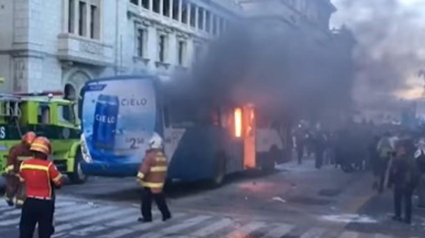 Manifestantes en Guatemala incendianunidad delsistema de autobús rápido(Captura pantalla)