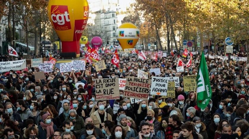 El ataque a un productor de música negro, que fue golpeado por policías de París, ha elevado la indignación en Francia en momentos en que el gobierno promueve una polémica ley de seguridad.(EFE)