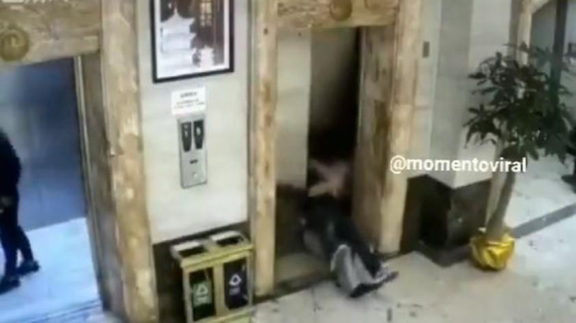 Hombres caen de un ascensor y sufren terrible accidente(Twitter)
