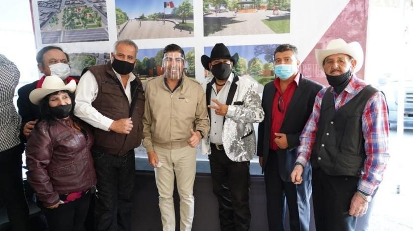 Músicos locales celebran con el alcalde, Armando Ayala.(Cortesía)