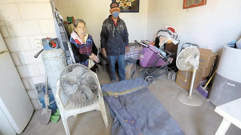 Santos Enrique Flores Ochoa y su madre Rosa Delia Ochoa Ruiz, de 72 años, viven en un pequeño cuarto de material por la calle iglesias en la invasión El Ranchito(Anahí Velásquez)