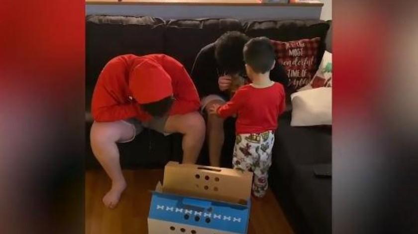 Joven se conmueve al ver el regalo que le tiene su padre(YouTube)