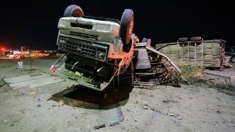 Vuelca enorme camión de carga y queda
