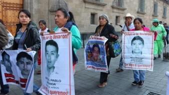 Familia y abogados de caso Ayotzinapa llegan a reunirse con AMLO