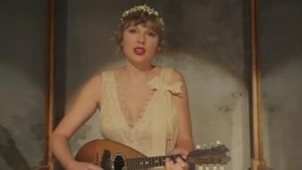 """A doce horas de haberse publicado, el videoclip tiene más de 4 millones 830 mil reproducciones en su página oficial de YouTube y más de 654 mil """"likes""""."""