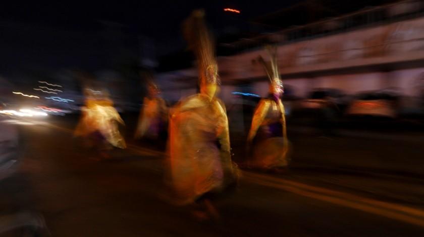 Los danzantes realizaron su tradicional espectáculo frente a la Catedral de Nuestra Señora de Guadalupe.(Daniel Reséndiz)