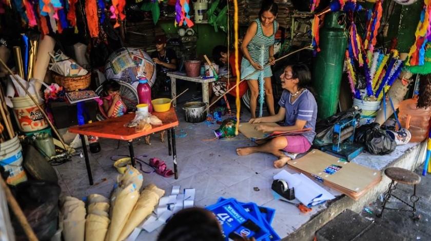 Algunos miembros de la familia Cornejo en su taller de fabricación de piñatas en Acapulco, Guerrero.(EFE)