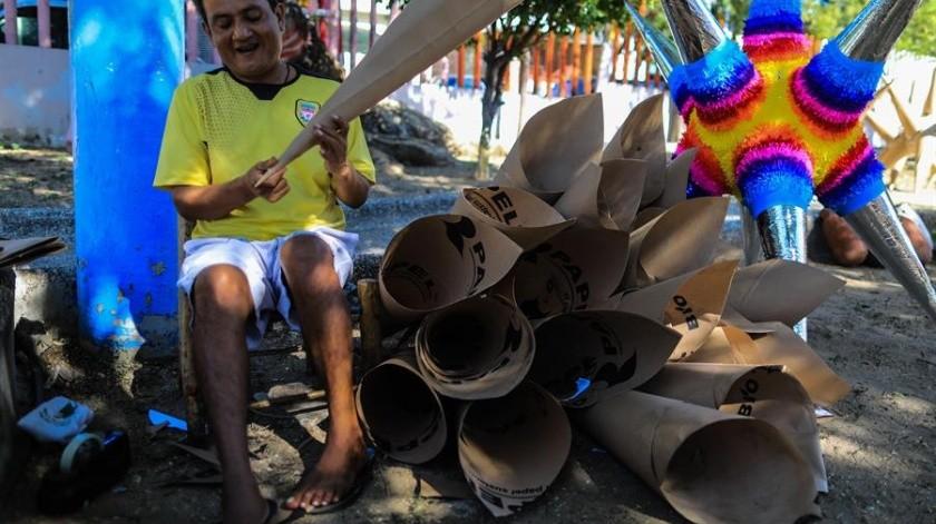 Un hombre en la elaboración de una piñata en el negocio de la familia Cornejo en Acapulco, Guerrero.(EFE)