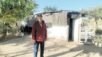 José Carmen Servín Villegas, de 72 años, sólo tiene unas cobijas desgastadas para protegerse del frío.