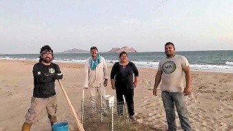 Cosme Becerra (izq.) fue reconocido a nivel nacional por su labor conservacionista al frente del Grupo Tortuguero de Bahía de Kino