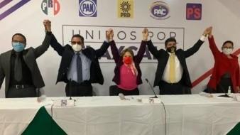 """Esta alianza lleva el nombre de """"Va Por México""""; las letras son de color negro y en la X resaltan los colores azul del PAN; rojo del PRI y amarillo del PRD."""
