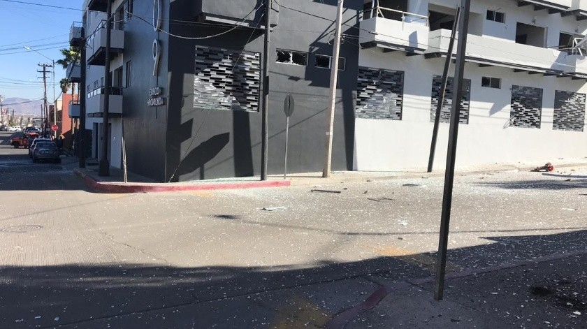 El saldo inicial es de tres personas lesionadas, 50 evacuadas y daños materiales en el edificio.(Gustavo Suárez)