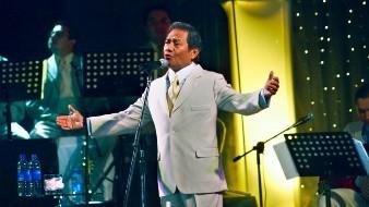 El cantante y compositor mexicano Armando Manzanero actúa en Managua, Nicaragua.