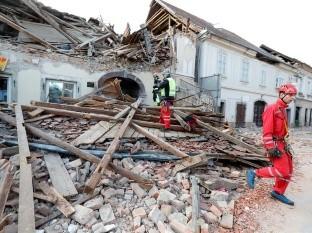Un fuerte sismo golpeó este martes la ciudad de Petrinja, en el centro de Croacia, causando graves daños materiales y la muerte de al menos una persona.