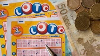 Maestro gana lotería tras perder a su padre y empleo por Covid-19