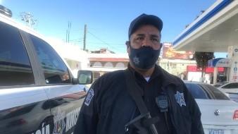 Esteban Valencia Gastélum se siente orgulloso de portar el uniforme de policía.