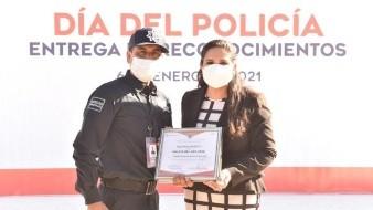 La alcaldesa de Hermosillo, Célida López, reconoció ayer a policías municipales.