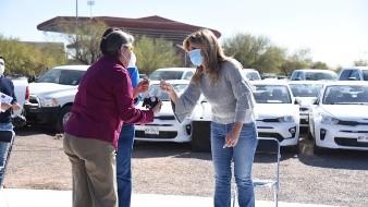 La gobernadora Claudia Pavlovich Arellano entrega las llaves de un vehículo a personal de la FGJE.