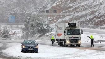 """España bajo la nieve, cientos atrapados en """"hieleras con ruedas"""" en carretera y aeropuerto paralizado"""