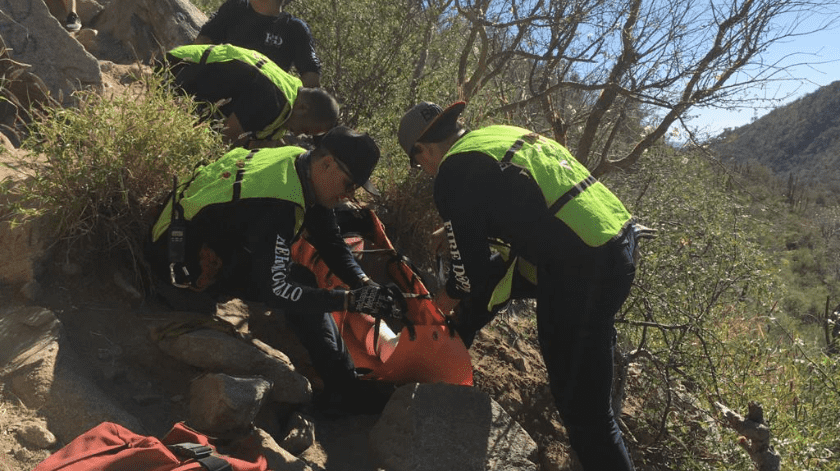Afortunadamente, mencionó, la mujer se encontraba estable y sin daños que pusieran en riesgo su vida, por lo cual se procedió a colocarle una férula, subirla a una camilla y bajarla hasta la ambulancia.
