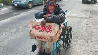 Alejo sale cada día en su silla de ruedas a buscar la manera de ganarse la vida.