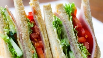 Un canal de televisión de Países Bajos filmó cuando un agente confiscó los sándwiches de jamón y queso, productos de Reino Unido que desde el 1 de enero no pueden entrar a la UE.