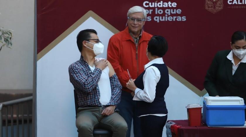La vacunación se realizó en presencia del gobernador Jaime Bonilla y el secretario de Salud del Estado, Alonso Pérez Rio.(Gustavo Suárez)