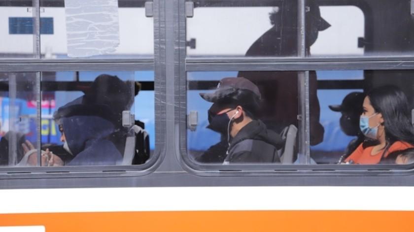 Dentro de las unidades de transporte público se ha observado personas de pie y todos los asientos ocupados.