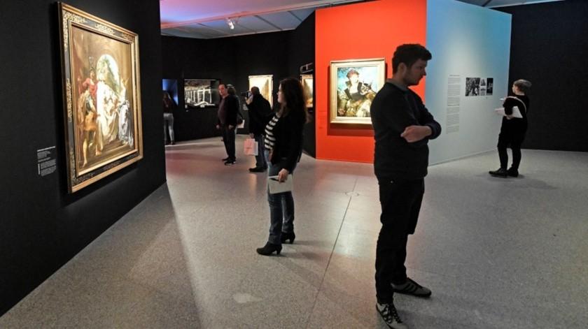 """Visitantes recorren la exposición """"Gurlitt : Status Report"""" en el museo Bundeskunsthalle en Bonn, Alemania.(AP)"""