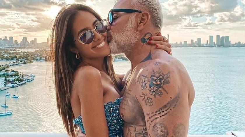"""Gianluca Vacchi y su esposa, la latina, Sharon Fonseca, recrean divertidas escenas de la serie mexicana """"La Familia P'Eluché""""."""
