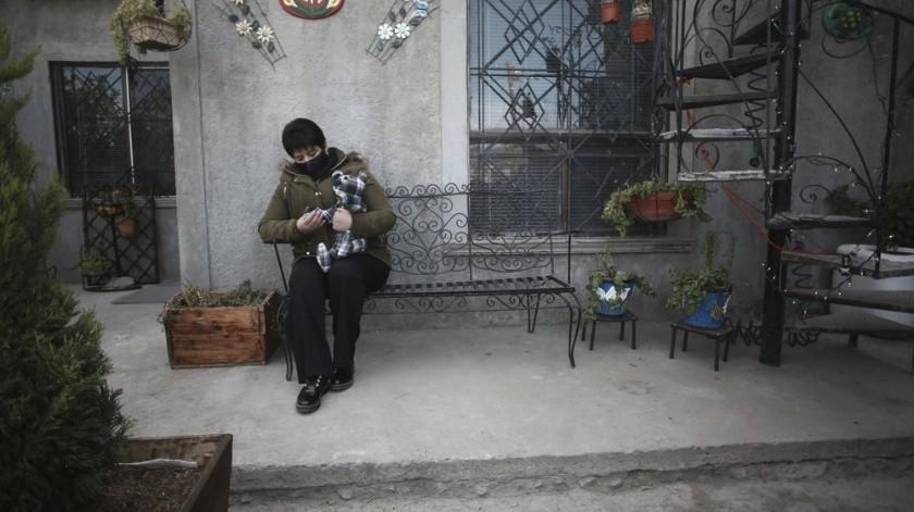 Calcula que ha hecho unos 200 osos para familias de víctimas del COVID-19.(AP)