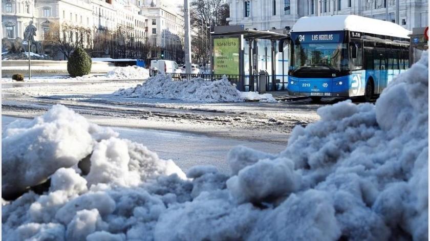 Dicha tormenta de nieve provocó la cancelación de servicios y de vuelos.(EFE)