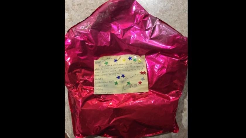 Encuentra globo con deseos de Navidad lanzado por una niña y decide cumplirlos