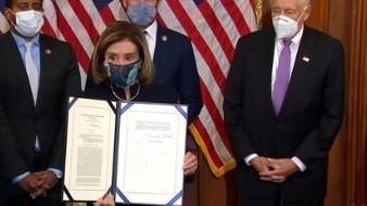 Nancy Pelosi durante ceremonia de firma del artículo de acusación contra Trump