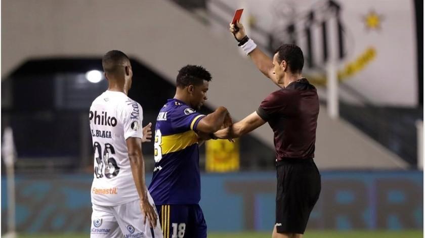 Boca Juniors se quedó con un jugador menos desde el minuto 55 debido a la expulsión de Frank Fabra.(EFE)