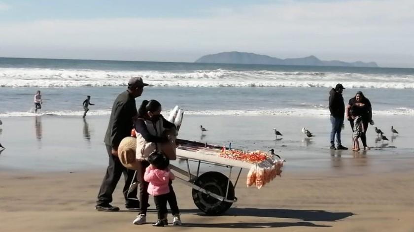 Contaminación de playas no detiene a bañistas en Rosarito(Carmen Gutiérrez)