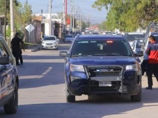Asesinan a dos jóvenes frente a su madre en colonia Sahuaro