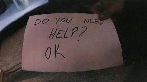 Notó sus heridas: Mesera salva a niño abusado con mensaje en servilleta
