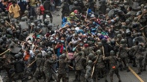 Las fuerzas de seguridad de Guatemala detuvieron y reprendieron violentamente este domingo a una caravana migrante compuesta por miles de hondureños, que pretenden llegar a México y posteriormente a Estados Unidos en busca del sueño americano