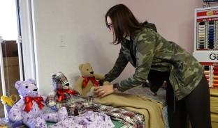 Kar Cantero una Mujer que confecciona Osos de peluche con ropa de seres queridos fallecidos y de víctimas de COVID-19.