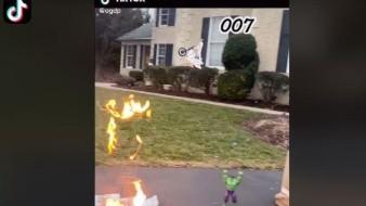 Hombre se hace viral al jugar con sus muñecos