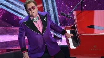 Elton John interpreta
